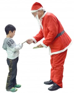 お父さんサンタ子どもにプレゼントのコピー